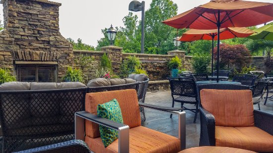 Elkin, NC: Comfortable outside patio area.
