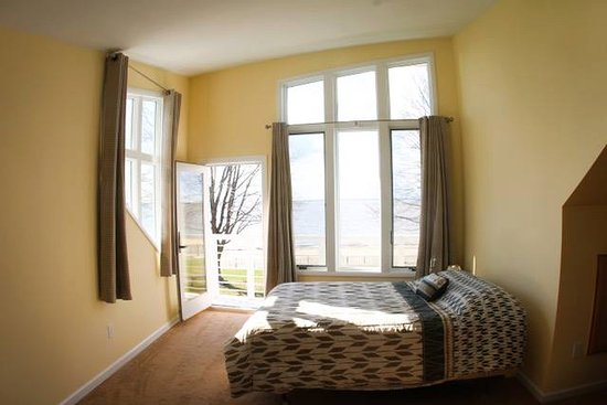 Salem, NJ: River room with private bathroom and balcony - river view