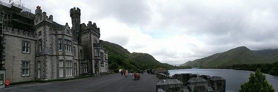 Kylemore, Irlanda: Panorama of Abbey and Lake
