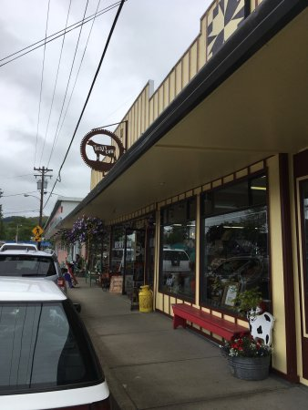 Cloverdale, OR: Rusty Cow and Soda Fountain next door