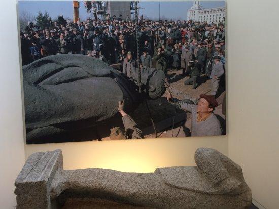 Newseum: Statue of Lenin torn down near Berlin Wall
