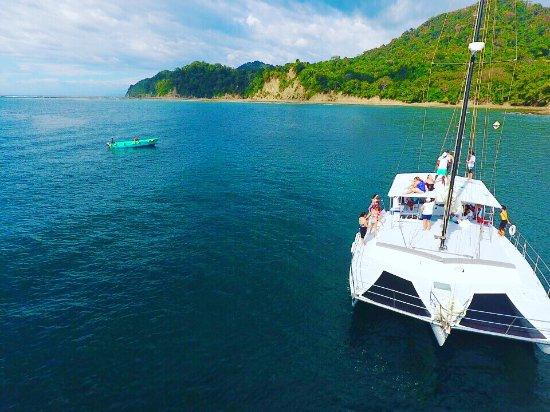 Herradura, Costa Rica: Jumping off the deck by Playa Fantasia