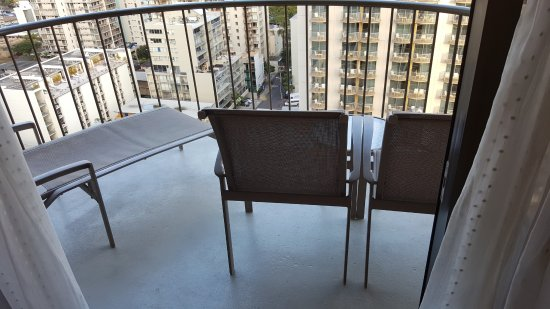 Waikiki Beach Marriott Resort & Spa: nice balcony with chairs and lounger, made nice for sitting outside in the evening with wine