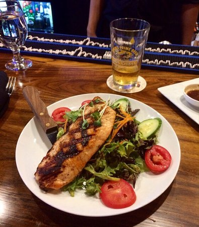 ‪‪Irving‬, تكساس: House Salad w/ mango-lime vinaigrette and an added grilled Salmon fillet.‬