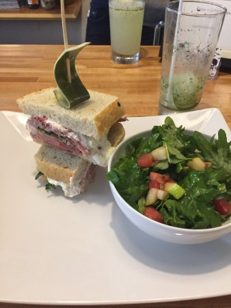 Port Hope, Kanada: Rare roast beef sandwich with a side salad was melt in your mouth delicious! Grilled vegetable s