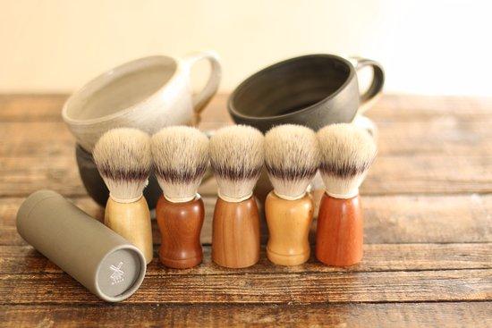 Ballandean, Australien: Hand thrown shaving mugs and wooden hand turned Muhle shaving brushes.