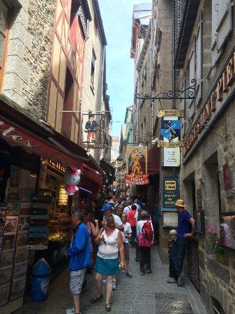 モン・サン=ミシェル修道院, 石畳の坂道の両側には土産物店とレストランが並ぶ