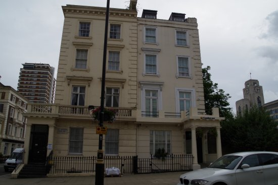 Comfort Inn Buckingham Palace Road: Rooms across the street
