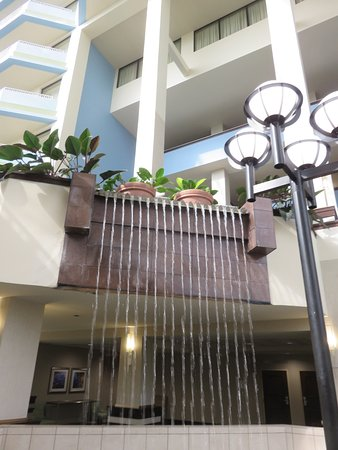 Bridgeton, MO: Pretty waterfall creates a nice ambiance in the common area