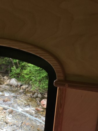 Bretton Woods, Nueva Hampshire: Seeing the brook from inside the train