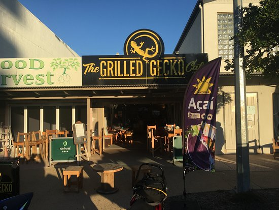 Marcoola, Australia: Outside seating and ample parking