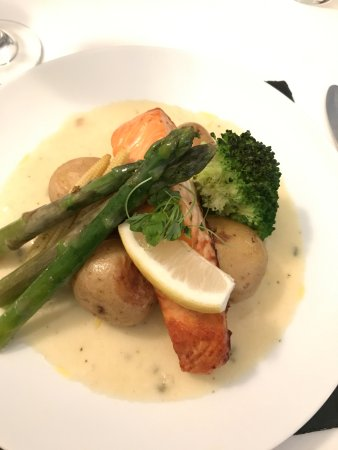 Bridge of Orchy, UK: Salmon in whisky cream sauce with honest-to-God vegetables!