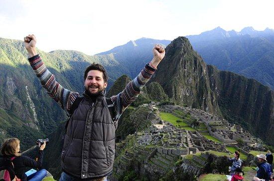 Machu PicchuとPeruvian Mealのプライベートガイド付き…