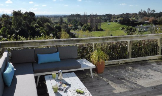 Havelock North, Nuova Zelanda: The Elevated decks on the pole cottages offer great views