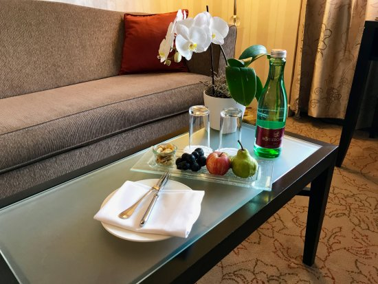 InterContinental Wien: Suite 1127 Living Room and welcome amenity