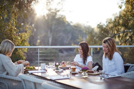 Swan Hill, Australia: Breakfast on the deck overlooking the Murray River