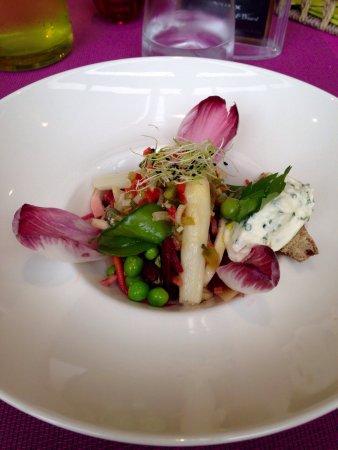 Vierzon, Francia: La salade de légumes crus et cuits du moment, vinaigrette aux aromates, sablé au romarin et from