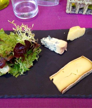 Vierzon, Francia: La sélection de fromages affinés, salade à l'huile de colza