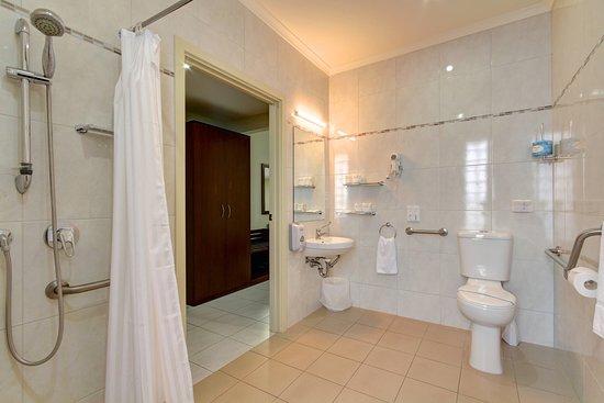 Strath Motel : Fully Accessible Bathroom