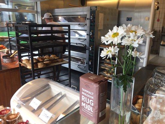Rogaland, النرويج: Nydelig bakst og personell på Stavangers beste økologiske bakeri. Mine favoritter er mandelbolle