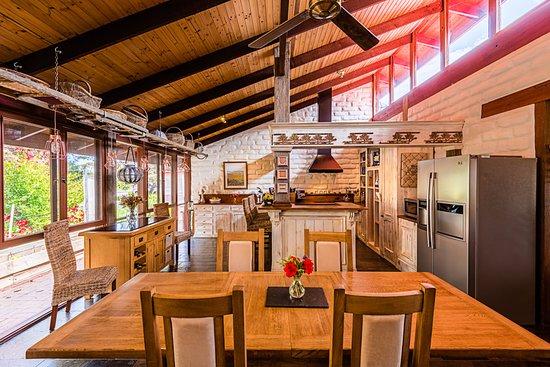 Willunga, Australia: The lodge kitchen and breakfast room