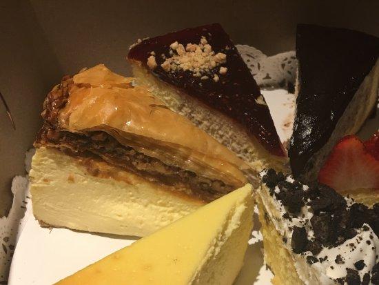 Edison, Nueva Jersey: Baklava Cheesecake (on the left) & various cheesecakes