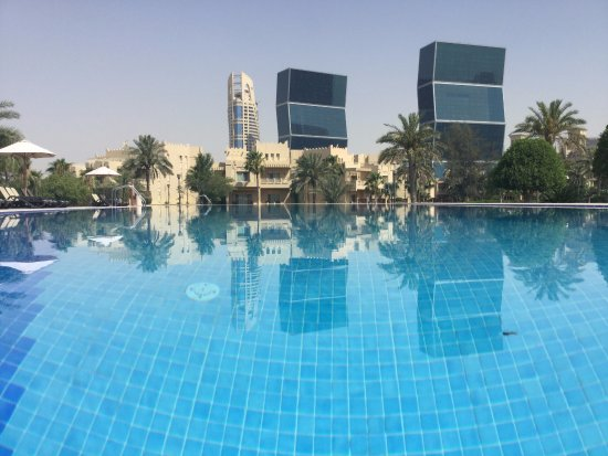 Grand Hyatt Doha Hotel & Villas: The large pool other side of the beach