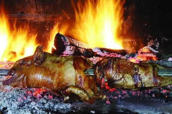 Villagrande Strisaili, İtalya: maialetto arrosto allo spiedo