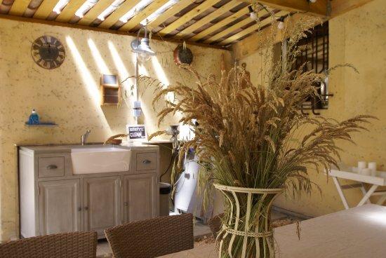Le Thor, Francia: Cuisine d'été dans le Patio couvert