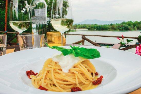 Signa, Italien: spaghetti trafilati al bronzo con colatura di alici, stracciatella di burrata e pomodorini secch