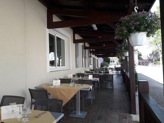 Terrasse ombragé pour le midi - Picture of Le Millesime, Montdragon ...