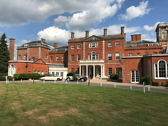 Cheshunt, UK: The grand entrance which is NOT the reception