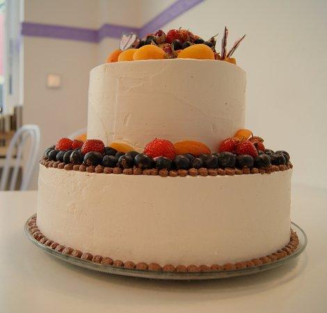 Vegane Hochzeitstorte Mit Yogurtcreme Eingestrichen Und Frischem
