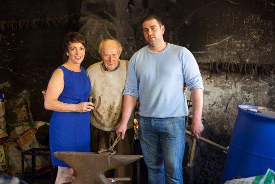 Boolteens, Irlande : Proprietors Liz & Stephen with Florence the 4th Generation Blacksmith