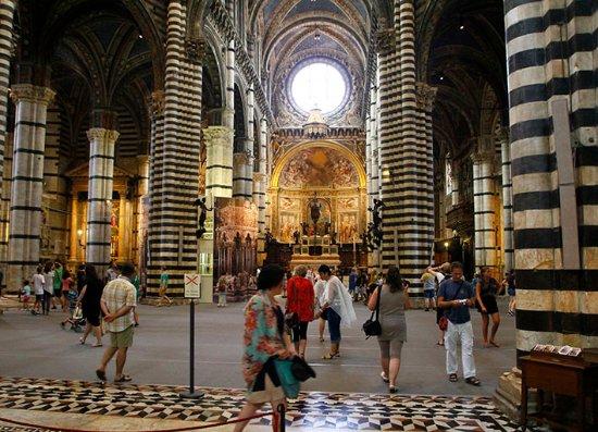 Siena, Italy: El altar mayor al fondo