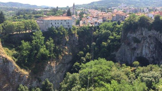Pazin, Croatia: Echt een aanrader, voor 160 kuna kun je van vier banen tokkelen! Leuke ervaring en mooi uitzicht