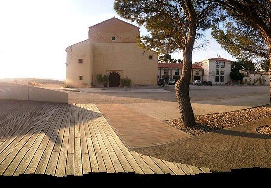 Tauste, Spain: Das Hotel liegt wirklich direkt an der Kirche...