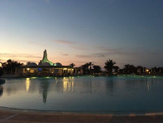Hotel Palace Royal Garden: Piscine au coucher du soleil