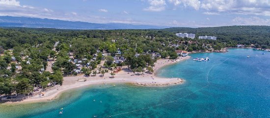Njivice, Croacia: Beautiful seaside with camping places near the sea
