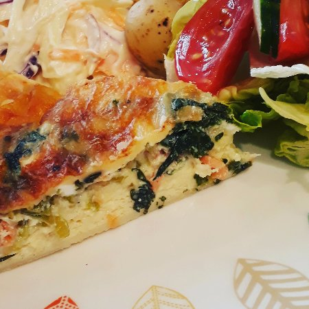 Brightlingsea, UK: Homemade Smoked Salmon Quiche Slaw, New potato and Salad