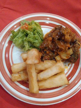Recuerda Amor: Prato Tipico Dominicano Cabra guisada como nunca experimentou acompanhada por mandioca frita.