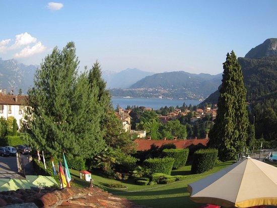 Hotel Royal: Prachtig zicht vanuit de suite in het hoofdgebouw van het hotel. Unieke ligging in de bergen . B