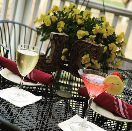Naugatuck, CT: Enjoy diner and cocktails on the patio