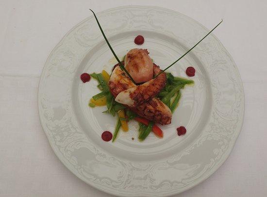 La Veranda Hotel Posta: Piovra grigliata su insalatina di taccole e peperoni dolci