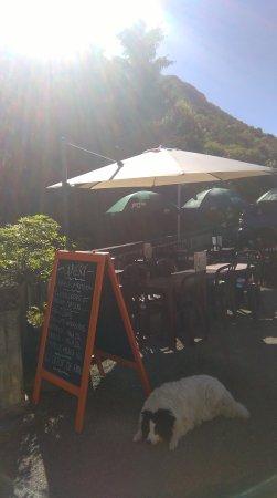 Campan, Francia: Bella vous attend en terrasse !