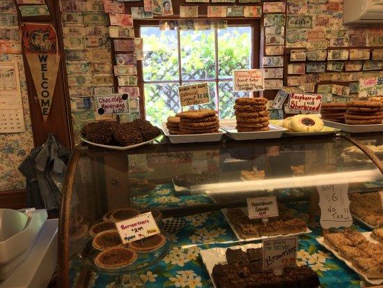 Mahone Bay, Canada: The bakery counter at Jo-Ann's