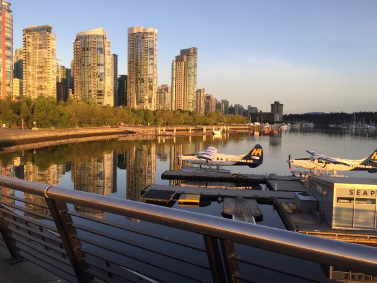 Vancouver Marriott Pinnacle Downtown Hotel: morning view beginning of the running path