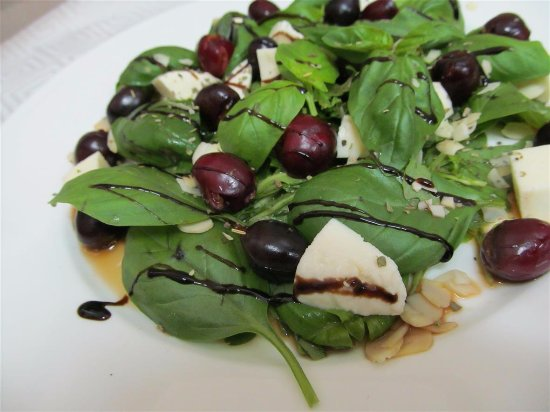 Chernihiv, Ukraine : Салат из черешни с моцареллой и шпинатом