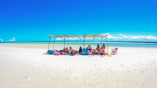 Funzi Island, Kenia: The stunning Funzi sandbank, the perfect place to lounge, swim and enjoy a cold drink. Free trip