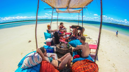 Funzi Island, Kenya: The stunning Funzi sandbank, the perfect place to lounge, swim and enjoy a cold drink. Free trip